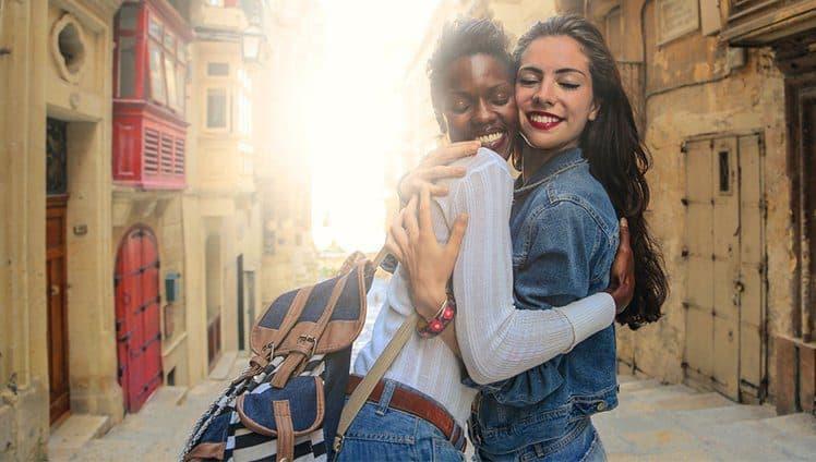 Só descobrimos a importância de um abraço quando precisamos de um.