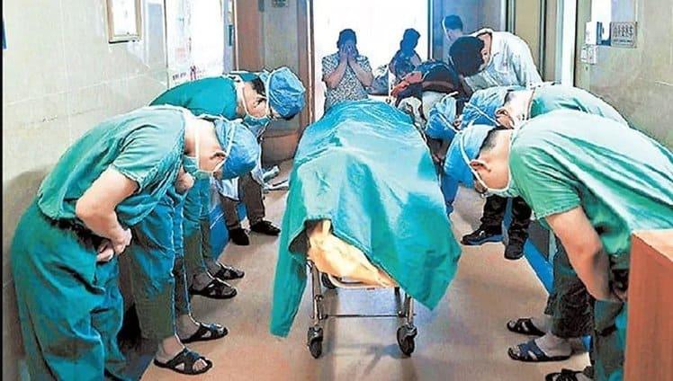 Médicos se curvam para