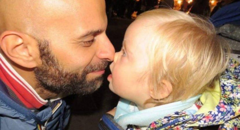 Pai solteiro adota criança