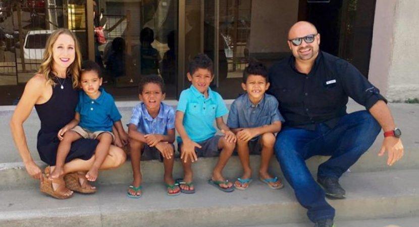 casal americano adota quatro irmãos