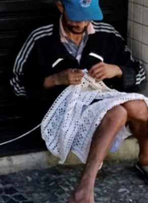morador de rua faz tricô