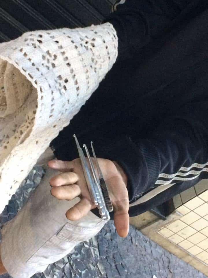 morador de rua faz tricô3
