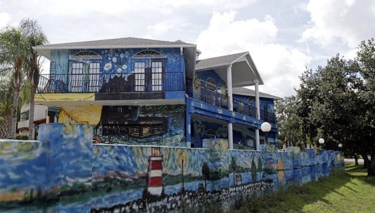 pais pintam casa estilo van gogh2
