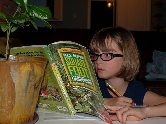 garotinha cultiva horta2