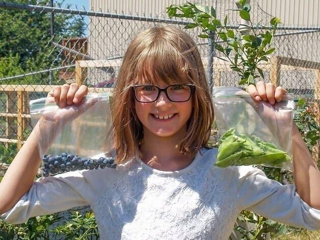 garotinha cultiva horta3