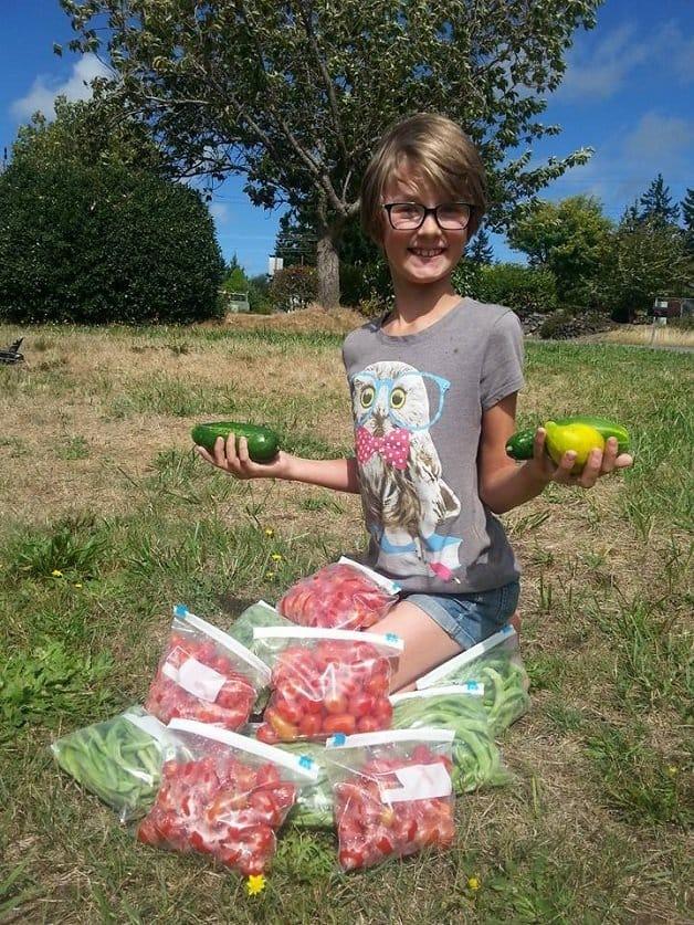 garotinha cultiva horta7