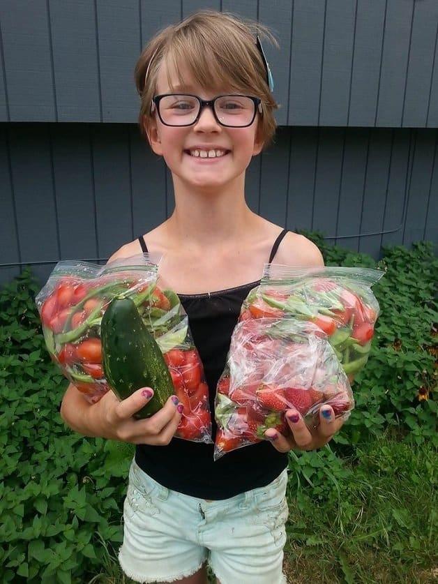 garotinha cultiva horta8