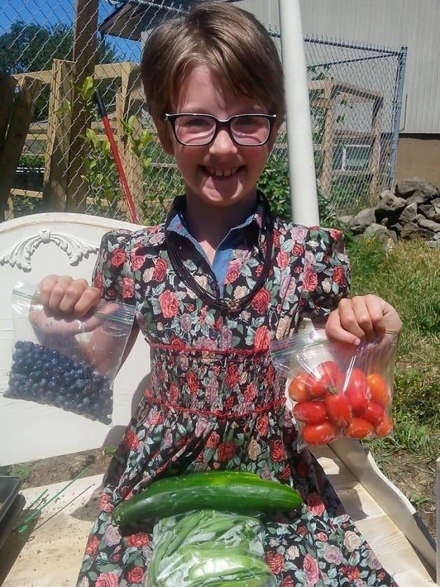 garotinha cultiva horta9