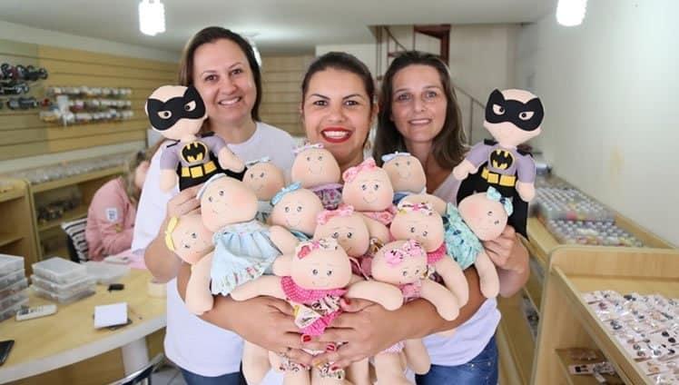 voluntárias criam bonecos