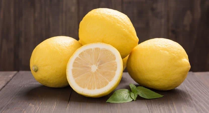 corte 1 limão e coloque