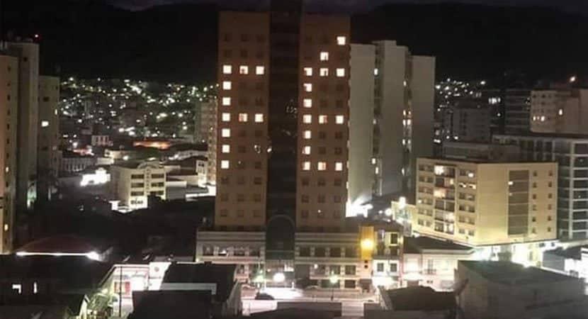 """Hotel usa luzes de quartos para pedir que moradores tenham """"FÉ"""" durante pandemia"""