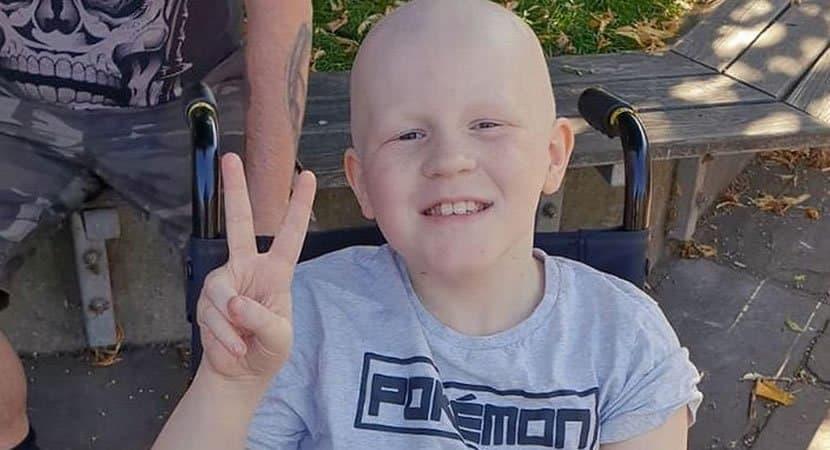 Menino de 9 anos se cura de câncer raro e agressivo no fígado