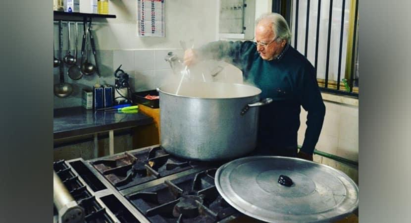 2Vovô de 90 anos cozinha para mais de 300 moradores de rua há 15 anos