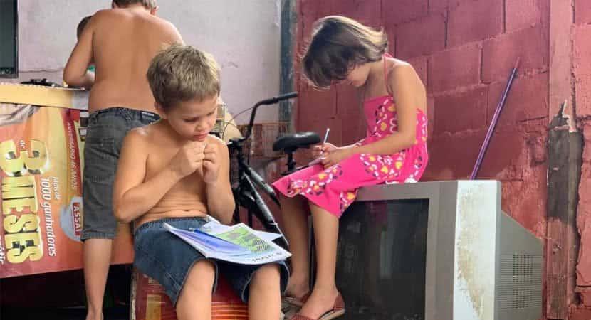 3Meu sonho é estudar diz garotinho de 5 anos que catou livros no lixo para ele e os irmãos