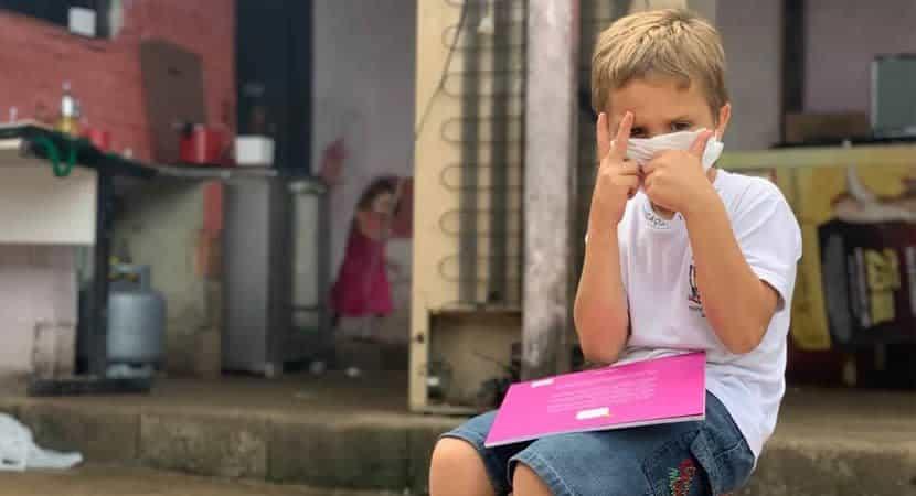 4Meu sonho é estudar diz garotinho de 5 anos que catou livros no lixo para ele e os irmãos