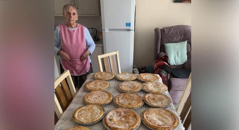 Vovó de 89 anos faz tortas deliciosas para distribuir para pessoas carentes