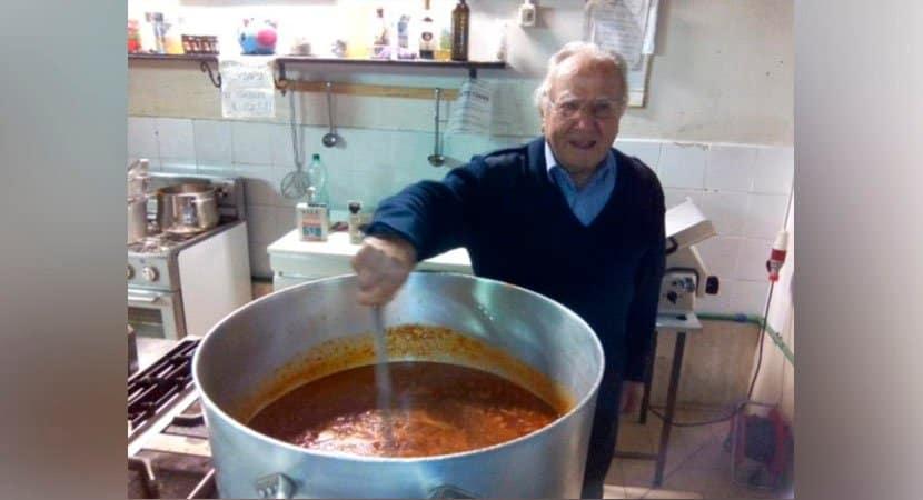 Vovô de 90 anos cozinha para mais de 300 moradores de rua há 15 anos