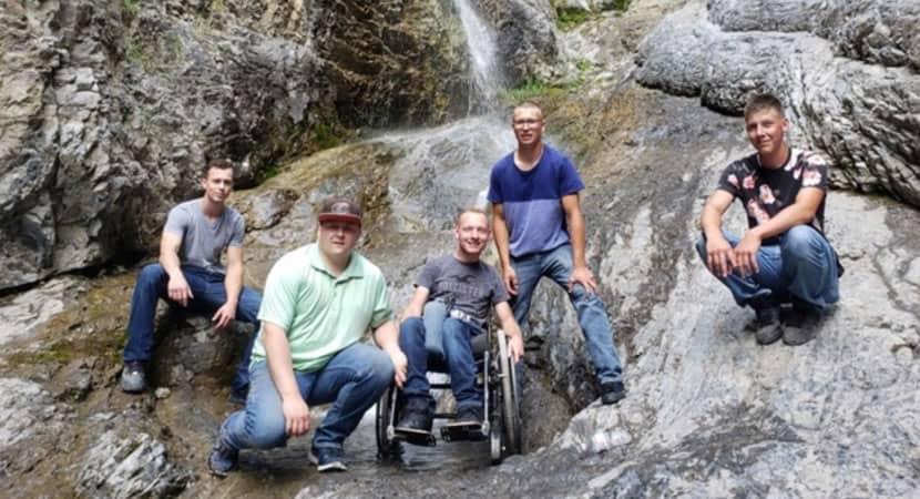 capaele vai onde nós formos dizem jovens que carregaram amigo cadeirante para conhecer cachoeira