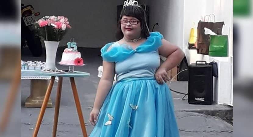 menina com Síndrome de Down chora ao ganhar festa surpresa de 15 anos