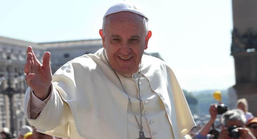 papa Francisco está distribuindo testes de COVID 19 para moradores de rua de Roma