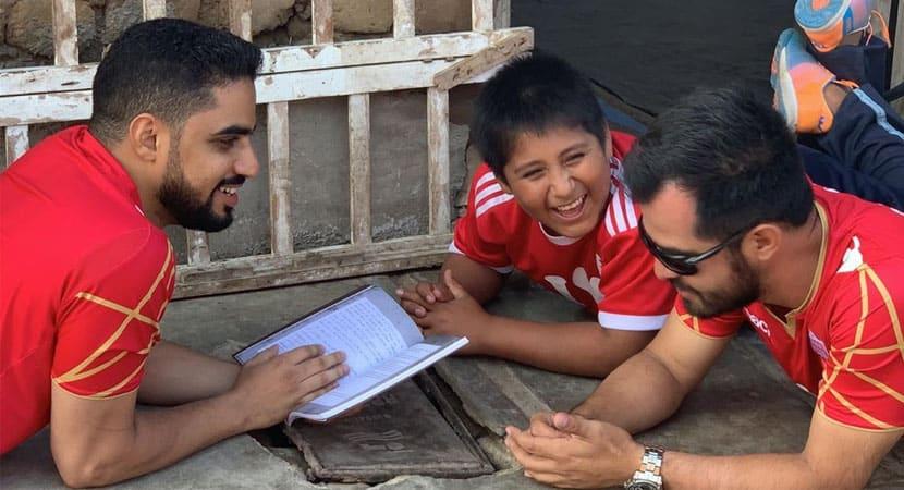 2Milionário constrói casa e dá emprego para mãe de menino que estudava sob a luz de poste