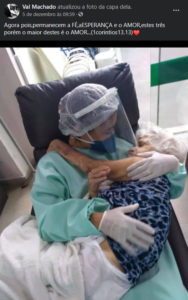 2técnica de enfermagem dá colo e conforto a idosa durante pandemia é preciso ter esse carinho