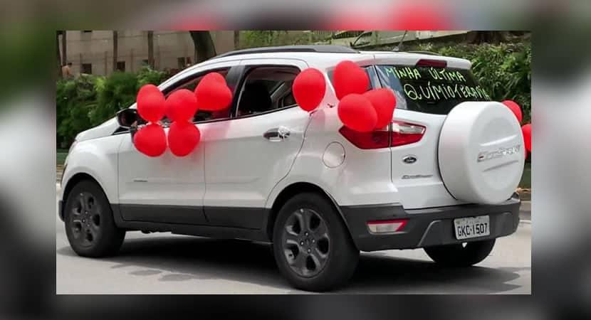 Capa Mulher anda por SP com carro enfeitado e celebra vitória sobre o câncer Minha última quimioterapia