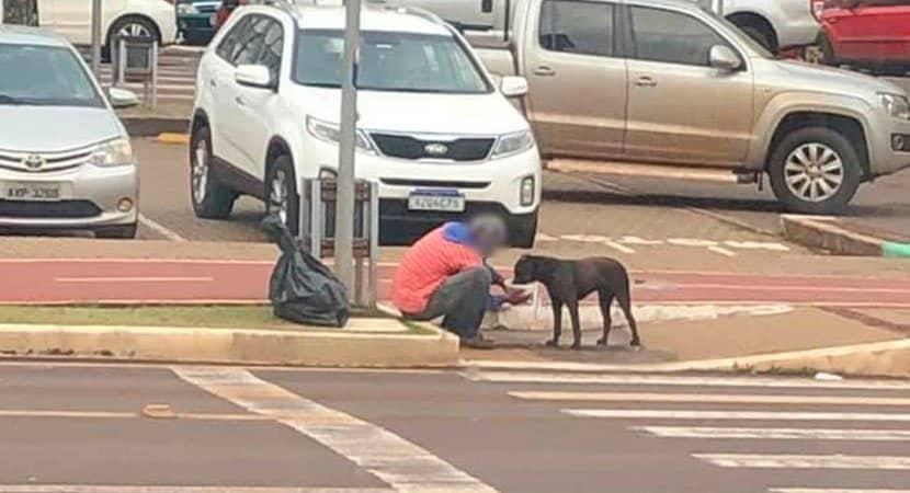 """Morador de rua divide marmita com cãozinho """"o seu maior bem é o seu coração"""