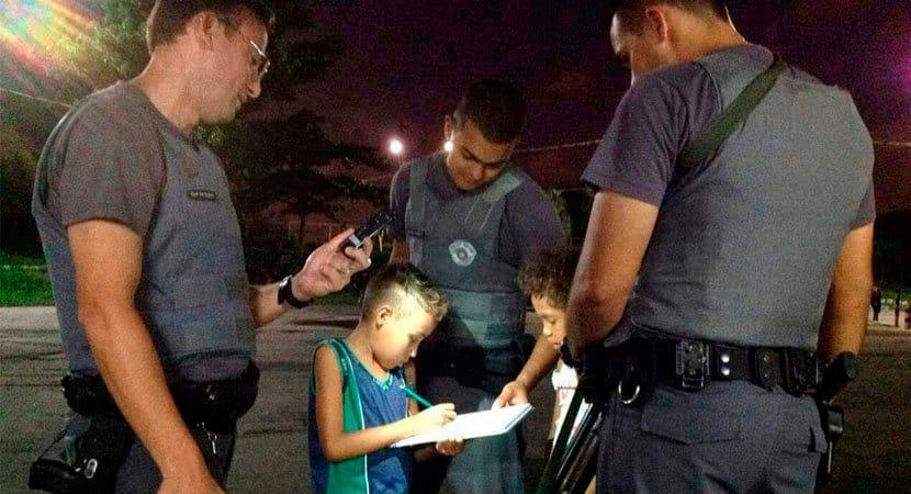 Policiais ajudam menino com deve de escola e imagem viraliza