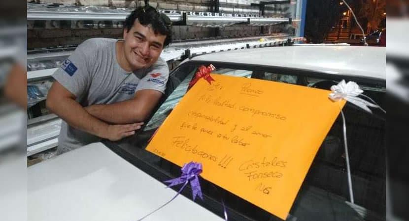 capachefe presenteia funcionário dedicado com um carro Ele não precisará mais ir trabalhar a pé