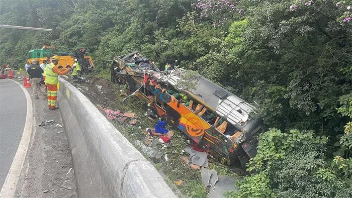 2 Grave acidente com onibus na BR 376 em Guaratuba deixa 19 mortos e 31 feridos