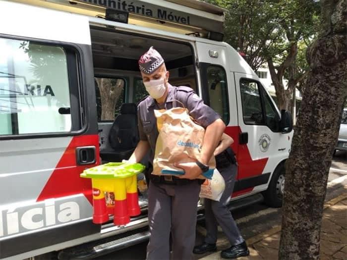 2 Policiais Militares entregam doacoes para menino que era mantido preso em barril