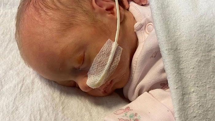 3 Apos dar a luz em coma na UTI mae agora recuperada da Covid segura sua filha pela primeira vez