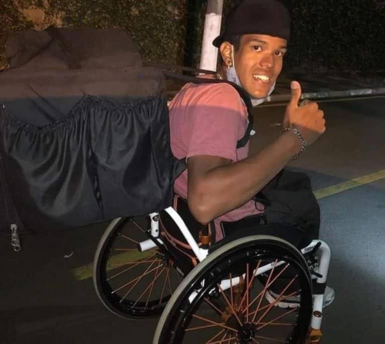 4ex atleta paraolimpico brasileiro sobrevive fazendo entregas em sua cadeira de rodas