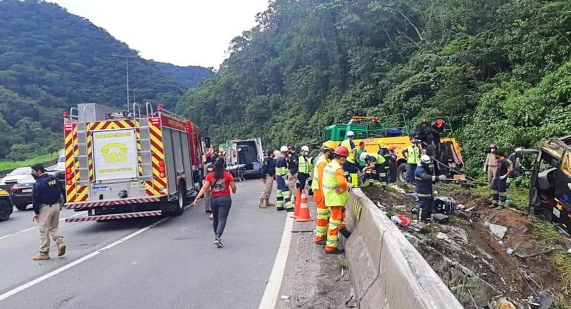 CAPA Grave acidente com onibus na BR 376 em Guaratuba deixa 19 mortos e 31 feridos
