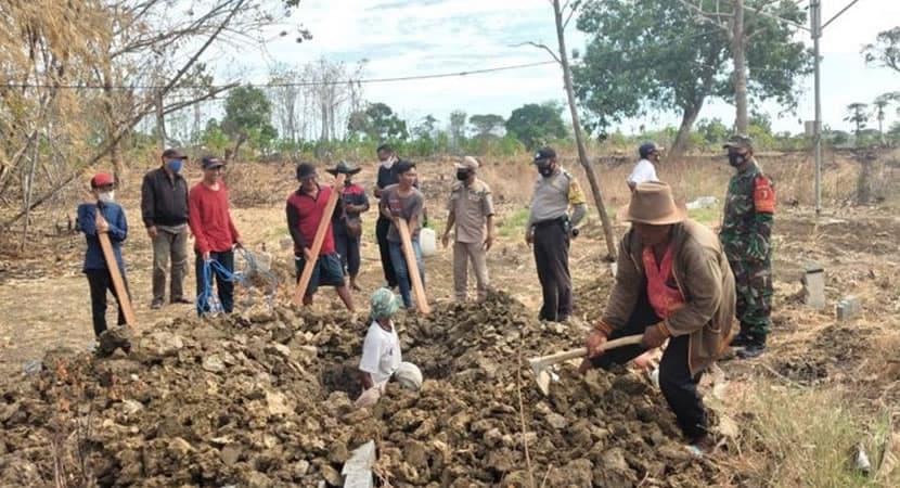 CAPA Na Indonesia quem nao usa mascara e obrigado a cavar as covas das vitimas da Covid 19