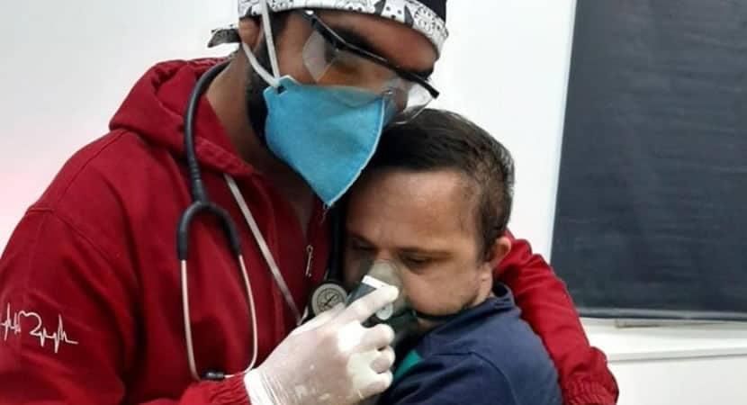 Paciente com Down fotografado abracando enfermeiro morre por falta de leitos na UTI