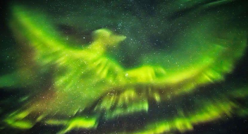 capaaurora boreal forma uma fênix de cores impressionantes no céu da Islândia