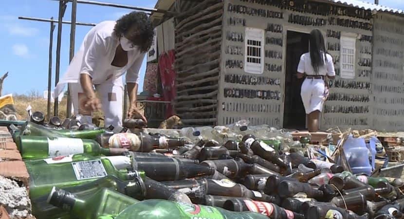 capaem 6 meses mãe e filha constroem casa com garrafas de vidro recolhidas no