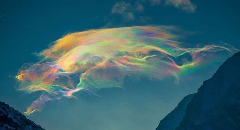 capafotografa capta rara nuvem arco iris em pico montanhoso na Siberia Imagens sao incriveis