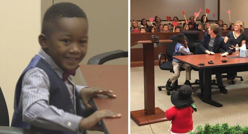 capagarotinho de 5 anos leva amigos da escola à sua audiência de adoção Sua alegria é contagiante