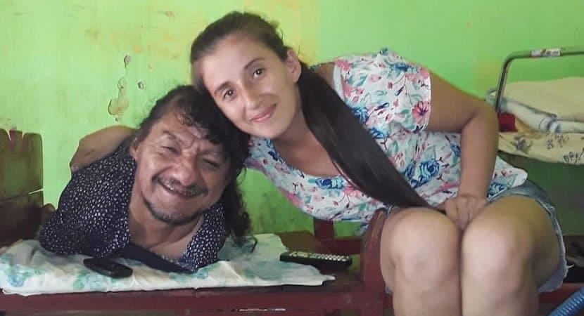 capahomem sem bracos e pernas superou adversidades e criou as filhas sozinho Melhor pai do mundo