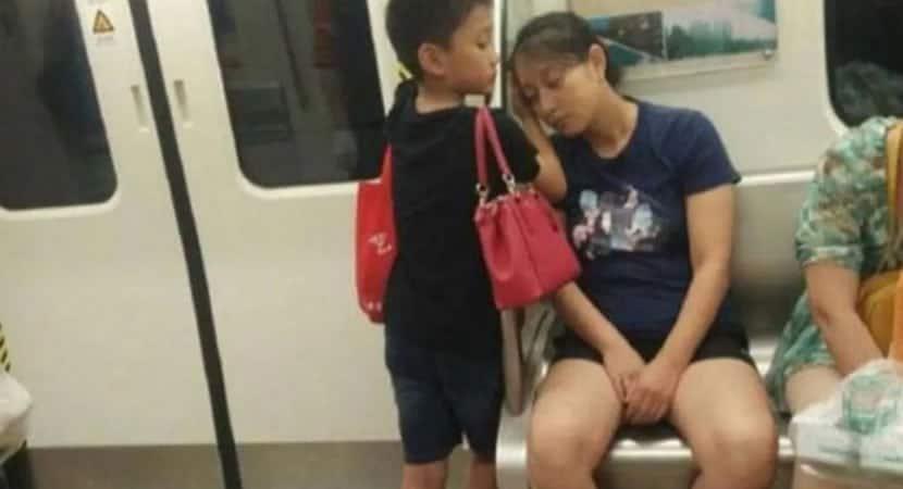 capamenino faz travesseiro para que mãe exausta pudesse descansar com conforto no metrô