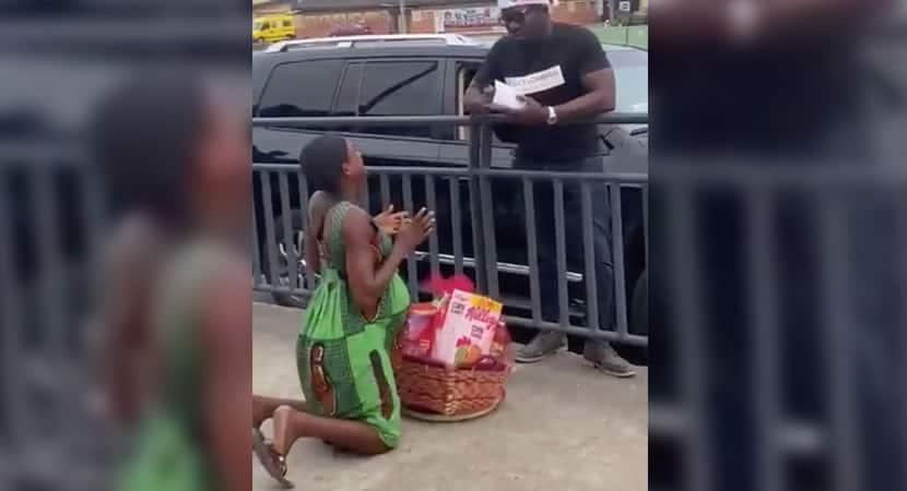 mulher grávida que vendia laranja se ajoelha para agradecer doação de cesta básica e dinheiro