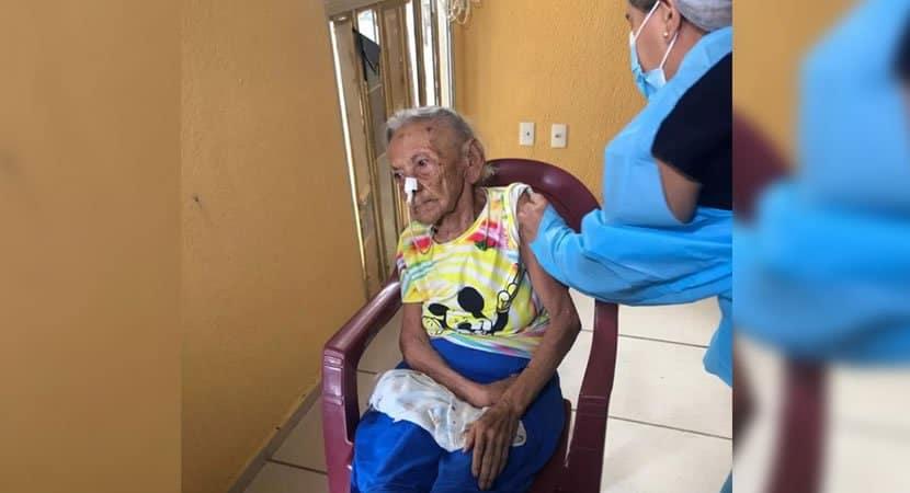 vovo de 117 anos recebe vacina contra a Covid 19 no Ceara