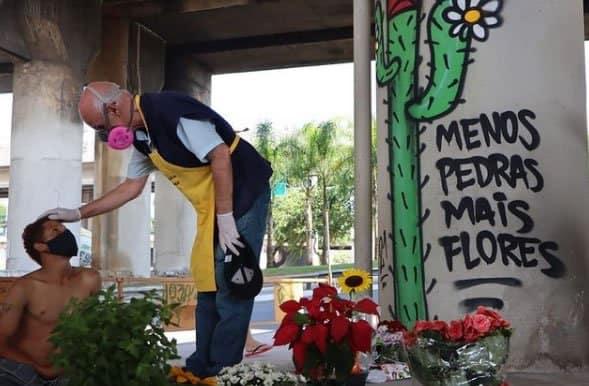 2 Padre Julio Lancellotti coloca flores onde antes tinha pedras para afastar pessoas em situacao de rua