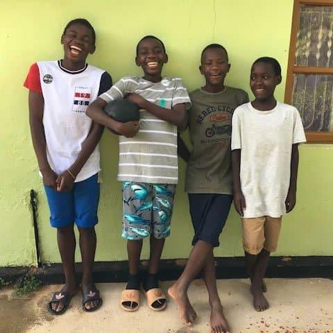 2aos 22 anos jovem adotou 14 criancas africanas e deu lhes um lar Sinto me abencoada por ter 2 familias