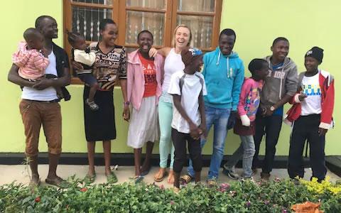 3aos 22 anos jovem adotou 14 criancas africanas e deu lhes um lar Sinto me abencoada por ter 2 familias