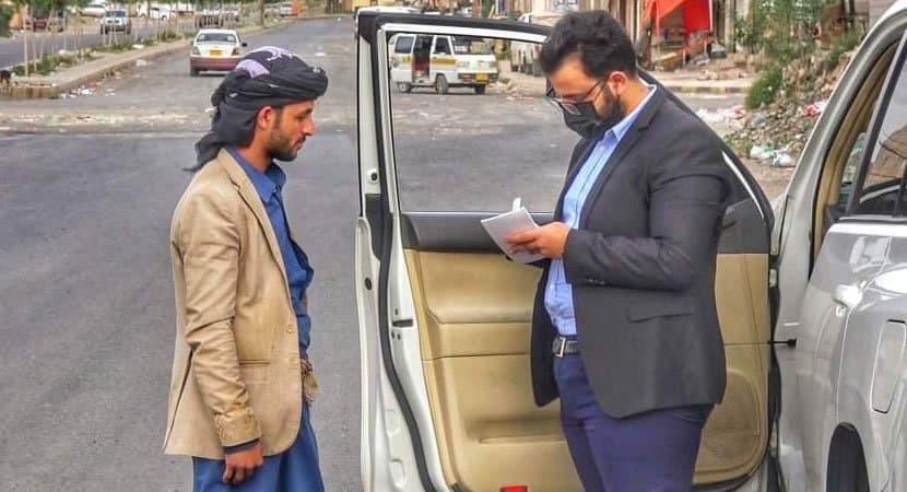 Capa Na pandemia doutor trata pessoas pobres de dentro do carro Me pare se precisar de um medico