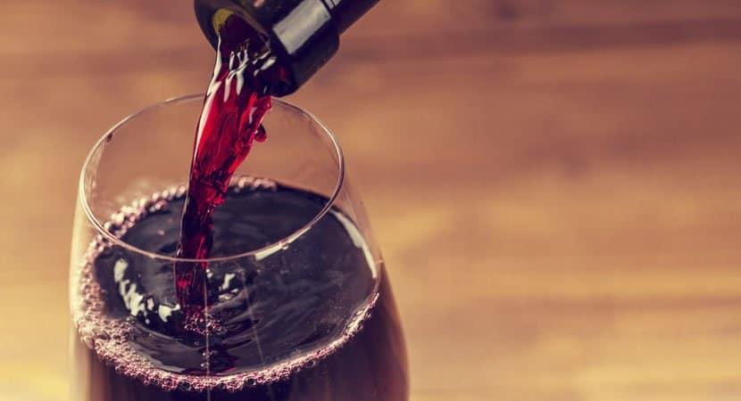 Substancia presente no vinho combate enzimas chave da Covid 19 aponta estudo